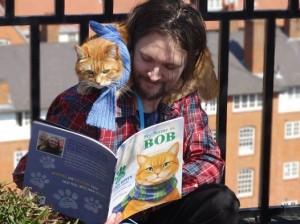 James Bowen lees het prentenboek voor aan Bob.