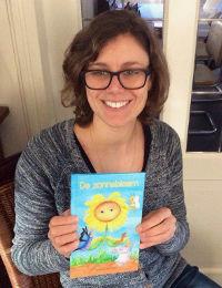 Hanneke Frenken met haar debuut prentenboek De Zonnebloem